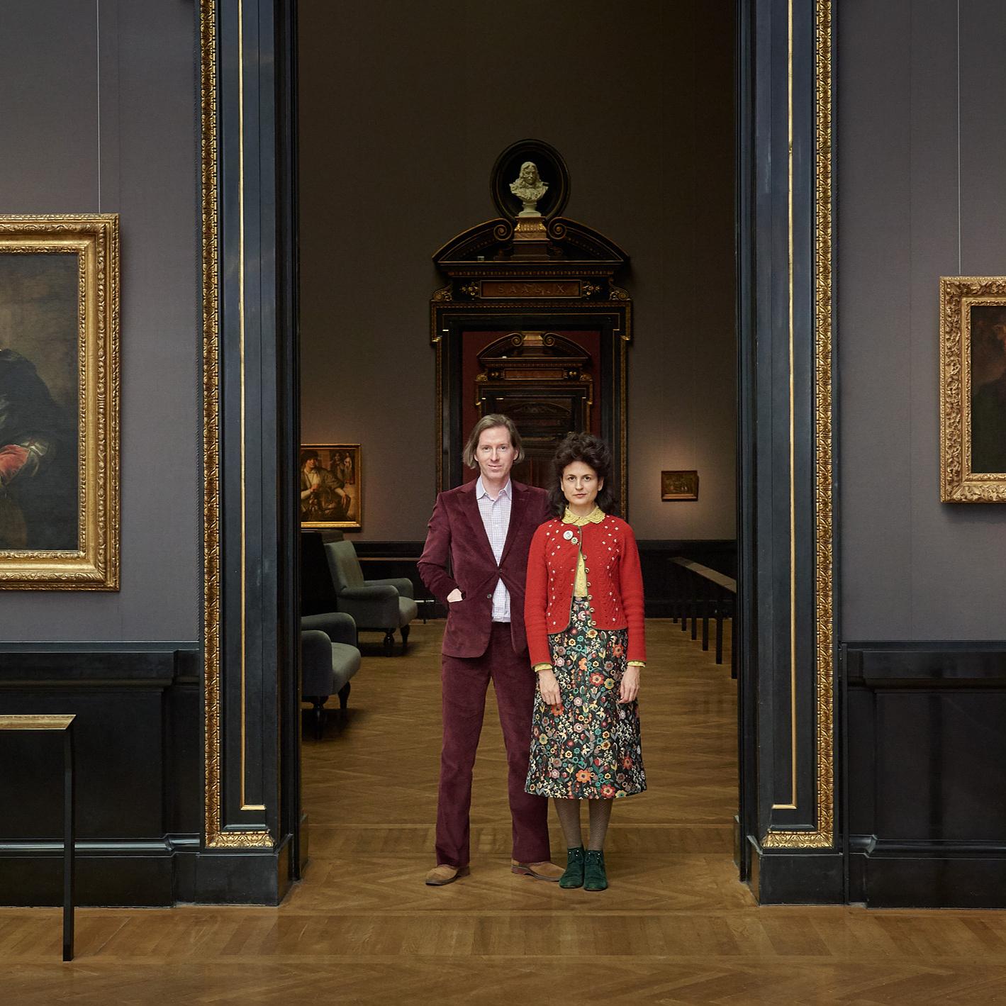 Wes Anderson és felesége bécsi múzeum raktáraiban kutat